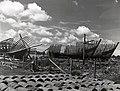 Collectie NMvWereldculturen, TM-60042243, Foto- Door Japanse soldaten achtergelaten onvoltooide schepen, 1945-1950.jpg