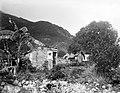 Collectie Nationaal Museum van Wereldculturen TM-10021381 Een man voor een kleine vervallen houten woning in een berglandschap Saba -Nederlandse Antillen fotograaf niet bekend.jpg