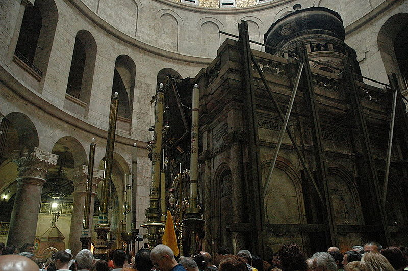 File:Crowd waiting to entre the edicule (4112100461).jpg