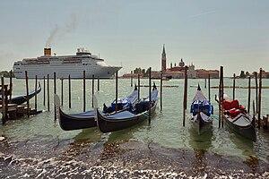 Cruiseship passing bacino San Marco Venise