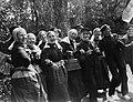 Dansers in Achterhoekse klederdracht in Gorssel, Bestanddeelnr 252-1541.jpg