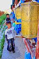 Dzieci z młynkami modlitewnymi 02.jpg