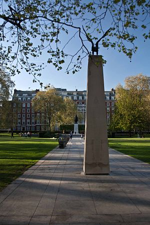 Eagle Squadrons Memorial - The Eagle Squadrons Memorial faces a statue of Franklin D. Roosevelt in Grosvenor Square