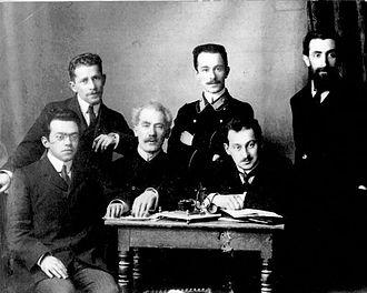 Ze'ev Jabotinsky - Editorial staff of Razsvet in Saint Petersburg, 1912. Sitting (R-L): 1) Max (Mordecai) Soloveichik (Solieli), 2) Avraham Ben David Idelson, 3) Zeev Jabotinsky; Standing: 1) Arnold Zeidman, 2) Alexander Goldstein, 3) Shlomo Gefstein.