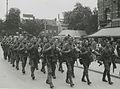 Een detachement Nederlandse militairen passeert om 11-49 uur Musis Sacrum (recht – F40840 – KNBLO.jpg