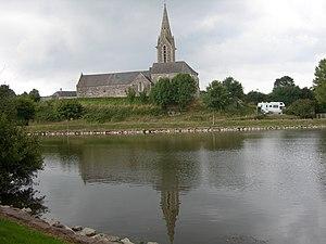 L'église vue du plan d'eau.