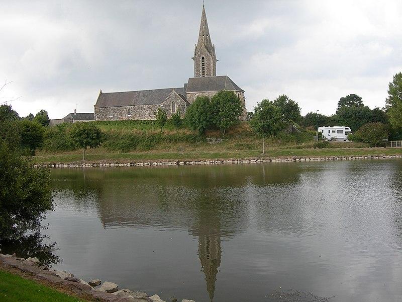 Eglise de La Feuillie et son reflet dans le plan d'eau.