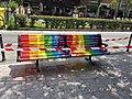 El Paseo Federico García Lorca luce bancos con la bandera multicolor 01.jpg