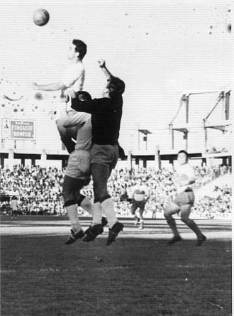 Sevilla FC - Campanal clearing a ball in the Sánchez Pizjuán Stadium on 15 November 1961.