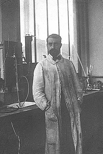 Poulenc Frères - Ernest Fourneau in the Poulenc Frères laboratory in Ivry (1909).