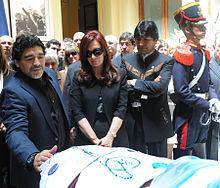 La vedova Cristina Fernández de Kirchner alle esequie del marito insieme all'amico di famiglia Diego Armando Maradona e al presidente boliviano Evo Morales