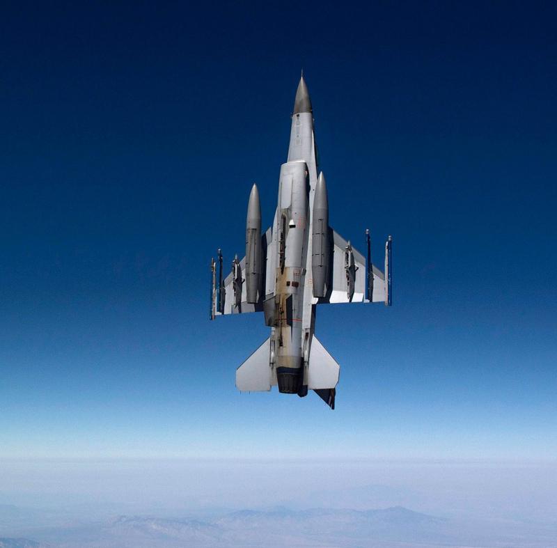 المقاتلات متعددة المهام : مابين المحرك الواحد والمحركين , اين تكمن نقاط القوه والضعف ؟ 800px-F16_vertical_climb