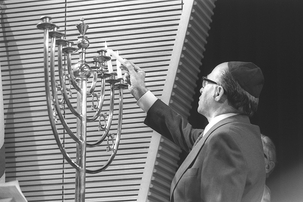 Flickr - Government Press Office (GPO) - P.M. MENAHEM BEGIN LIGHTING THE HANUKA CANDLES AT THE ST. JOHN'S WOOD SYNAGOGUE IN LONDON