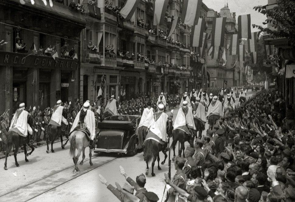 Francisco Franco escoltado por la Guardia Mora visita San Sebastián una vez finalizada la guerra (8 de 8) - Fondo Marín-Kutxa Fototeka