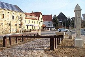Geleitrecht - Replica of an escort revenue collection point (Geleitsgeldeinnahme) and a Saxon post half-milestone at a pub in Grumbach