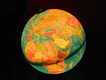 un globo luminoso con raffigurazione dei confini politici tra gli stati