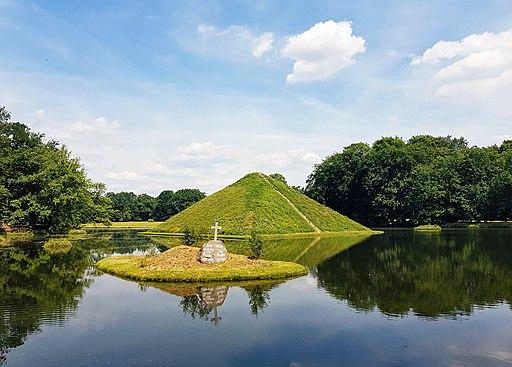 Grabstätte vor Seepyramide im Branitzer Park (Sachsen)