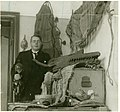 Gustaf Bolinder med Västafrikanska föremål under förberedelse för en utställning i Stockholm 1931, bild-1931.13.b.jpg