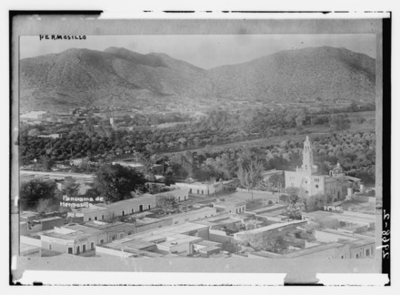 Overview of the city of Hermosillo with Chapel of our Lady of Carmen on the right, in front of Madero Park, ca. 1910 Hermosillo 1910-1915.tif