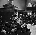 Het koninklijk paar tijdens de buitengewone vergadering van de Staten, Bestanddeelnr 252-3639.jpg
