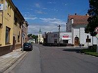 Horní Jelení, 5. května, od náměstí ke kostelu.jpg