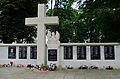 Józefów - kościół - pomnik przy murze (04).jpg