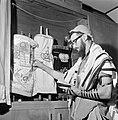 Joodse man met een hoedje op, een gebedsmantel om en voorzien van gebedsriemen (, Bestanddeelnr 255-4710.jpg