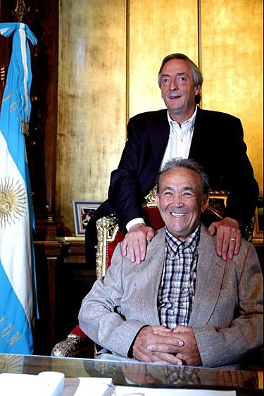 https://upload.wikimedia.org/wikipedia/commons/thumb/c/ce/Juan_Carlos_Livraga_y_el_Presidente_N%C3%A9stor_Kirchner_-_Casa_Rosada_-_23MAR07_-_presidencia-govar.jpg/375px-Juan_Carlos_Livraga_y_el_Presidente_N%C3%A9stor_Kirchner_-_Casa_Rosada_-_23MAR07_-_presidencia-govar.jpg