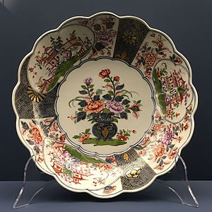 Imari ware - Porcelain bowl in the Imari style with garden scenes, chrysanthemums and peonies, painted, gold elevation. Imperial Viennese Porcelain Manufactory, 1744/49