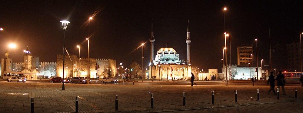כיכר הרפובליקה בחשיכה - משמאל המצודה ומגדל השעון ומימין להם המסגד החדש