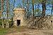 Kuru mõisa piirdemüür koos läänepoolse nurgatorniga.jpg