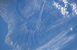 Imagem de satélite da caldeira dos vulcões Taburiente e Cumbre Vieja, La Palma, nas Ilhas Canárias. (sul está acima, norte está abaixo).