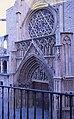 La porta dels Apòstols de la catedral vista des de la Casa Vestuari, València.JPG