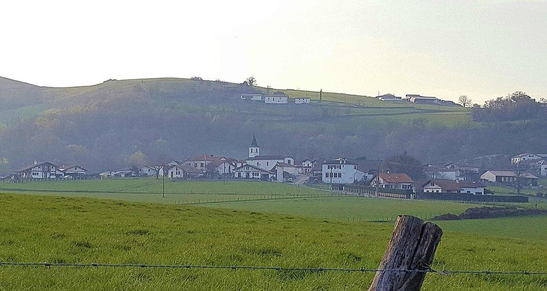 Le village de Behaune, au Pays Basque, vers Lantabat