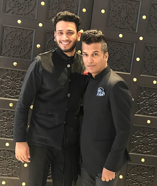 File Lokesh Sharma With Ace Designer Vikram Phadnis At Shop Qatar Festival Jpg Wikimedia Commons