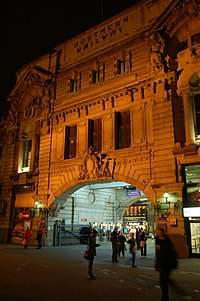 London Victoria station main entrance.jpg