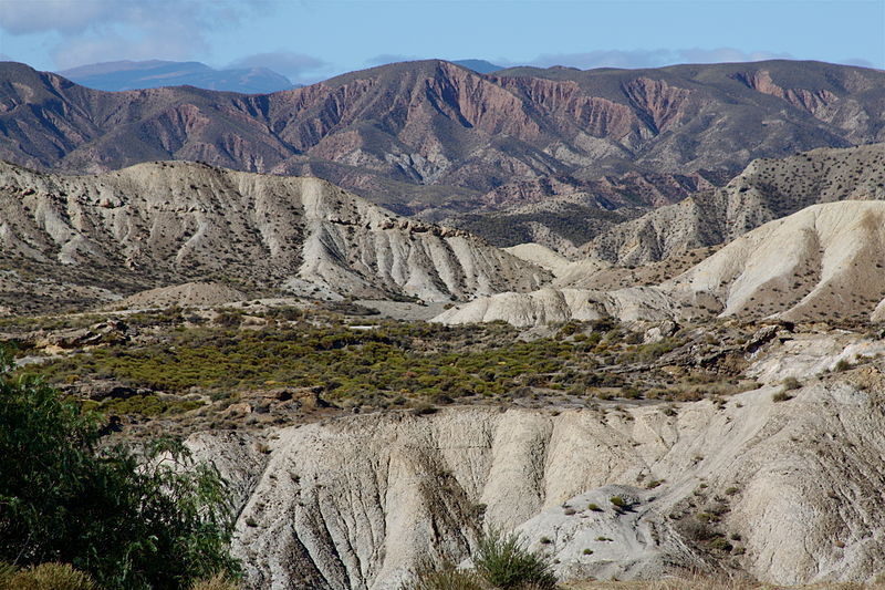 https://upload.wikimedia.org/wikipedia/commons/thumb/c/ce/Looking_west_from_the_Desierto_de_Tabernas_(6394537429).jpg/800px-Looking_west_from_the_Desierto_de_Tabernas_(6394537429).jpg