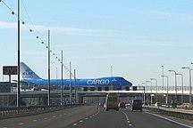 Sân bay Amsterdam Schiphol-Phương tiện-Luchthaven Schiphol Amsterdam Airport KLM Cargo Boeing Jumbo Taxiway Bridge Highway A4 E19 Foto Wolfgang Pehlemann IMG 2267