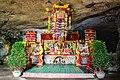 Một bàn thờ trong chùa Tam Thanh.jpg