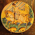 Maiolica di montelupo, piatto con figura a cavallo con bandiera, 1620-40 ca..JPG