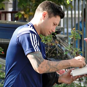 Mauro Zárate - Zárate signing autographs at the Boleyn Ground in 2014