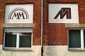 Max Müller Max-Müller-Straße 22 Blick auf die Logos MM in den ausgemalten Vertiefungen der Klinkerwand der Straßenfront.jpg