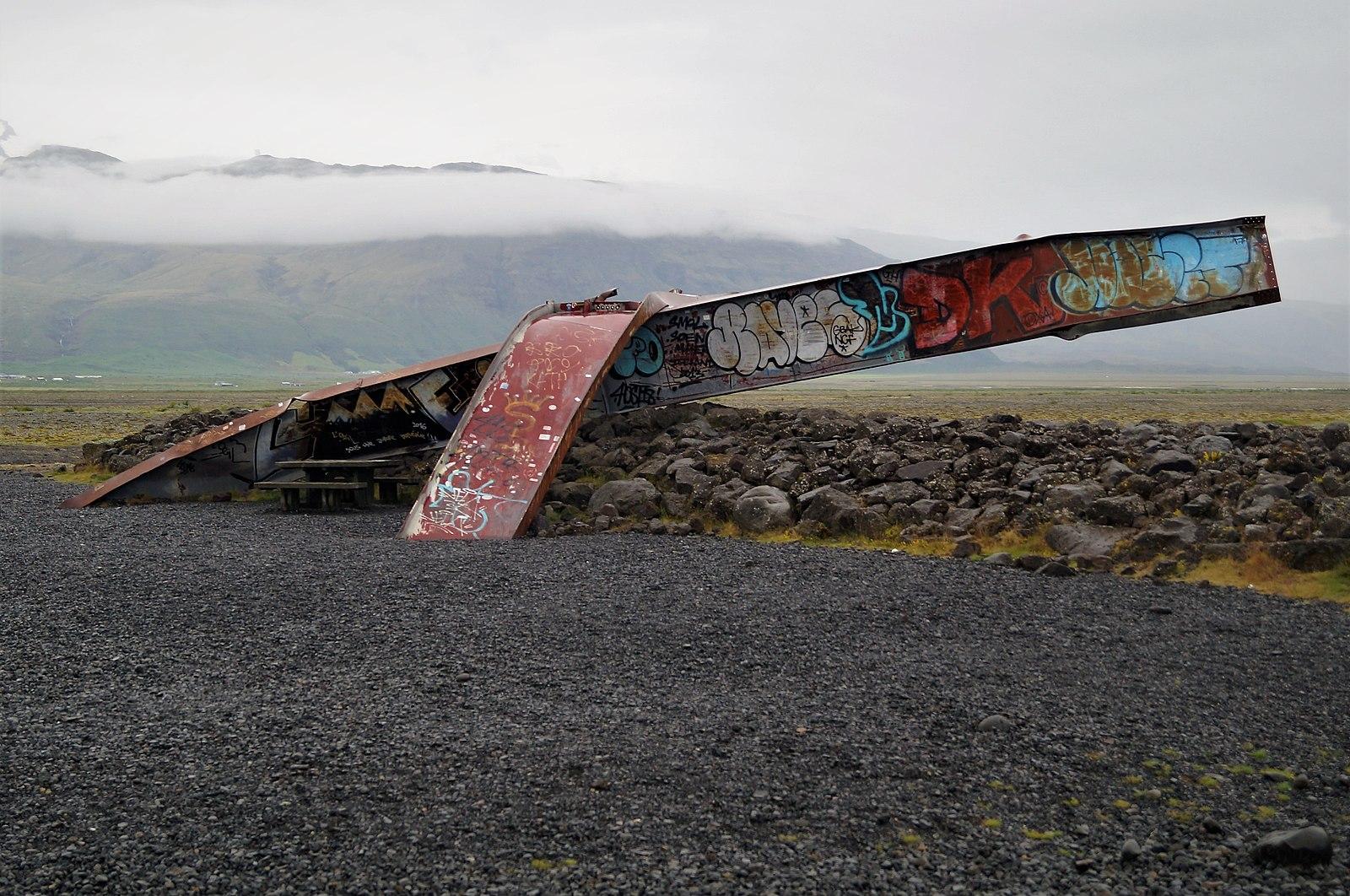 冰岛南岸Skeiðarársandur黑沙滩上的断桥残骸,显示着冰川洪水的力量