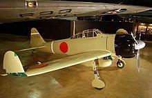 Винтовой самолет в музее.  Кончики крыльев сложены вверх.