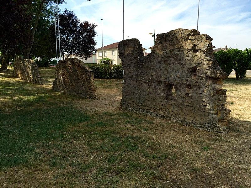 Vestiges du château de Brieux détruit pendant la seconde Guerre mondiale.