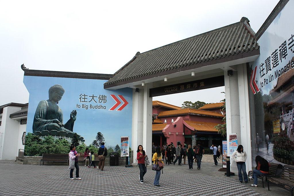 https://upload.wikimedia.org/wikipedia/commons/thumb/c/ce/Ngong_Ping_Village_%28Hong_Kong%29.jpg/1024px-Ngong_Ping_Village_%28Hong_Kong%29.jpg