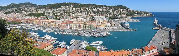 Vue panoramique orientée est du port depuis une colline.