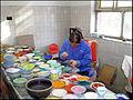 Ouvrière dans un atelier de décoration d'objets en cuivre émaillé entre Pékin et Badaling ..JPG