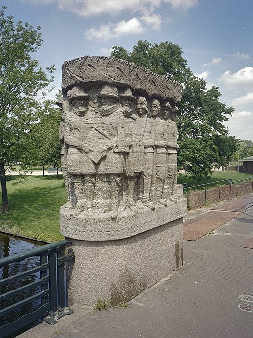 Overzicht brugleuning met reliëf van Prins Maurits en gevolg - 's-Gravenhage - 20334978 - RCE