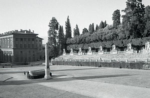 Boboli obelisk - Palazzo Pitti (left) and the amphiteather of the Boboli Gardens with the obelisk. Photo by Paolo Monti, 1965.